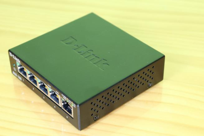 Lateral derecho del switch D-Link DGS-105