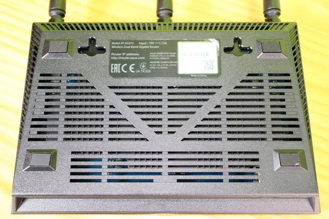 Zona inferior del router ASUS RT-AC67U en detalle