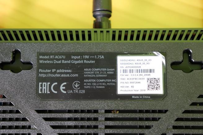 Pegatina del router ASUS RT-AC67U en detalle