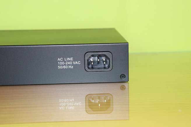 Conector de alimentación del switch Edimax GS-5424G en detalle
