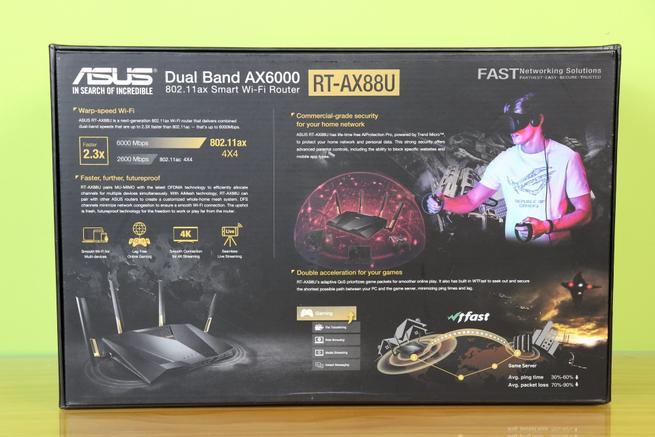 Trasera de la caja del router ASUS RT-AX88U con las especificaciones