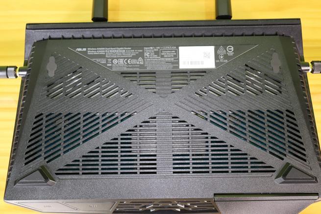 Rejilla inferior del router ASUS RT-AX88U en detalle