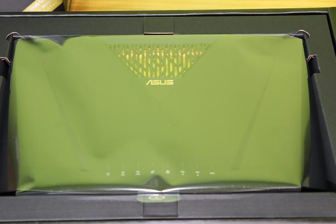 Interior de la caja del router ASUS RT-AX88U perfectamente protegido