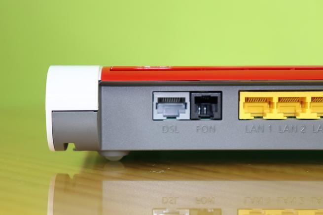 Puerto xDSL y teléfono RJ-11 del router AVM FRITZ!Box 7530 en detalle