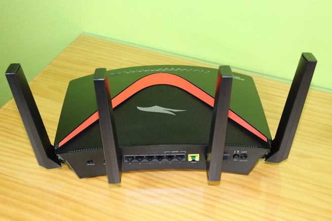 Trasera del router gaming NETGEAR Nighthawk Pro Gaming XR700 en detalle