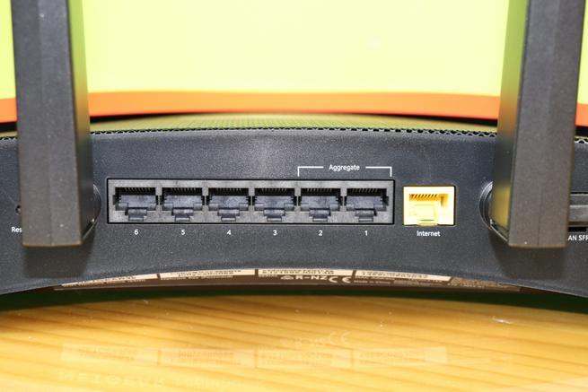 Puertos LAN Gigabit Ethernet y también el puerto WAN Gigabit del router NETGEAR Nighthawk Pro Gaming XR700