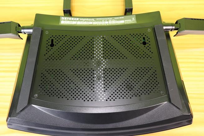 Zona inferior del router gaming de alto rendimiento NETGEAR Nighthawk Pro Gaming XR700
