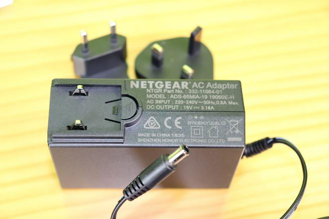 Transformador de corriente en detalle del router gaming NETGEAR Nighthawk Pro Gaming XR700