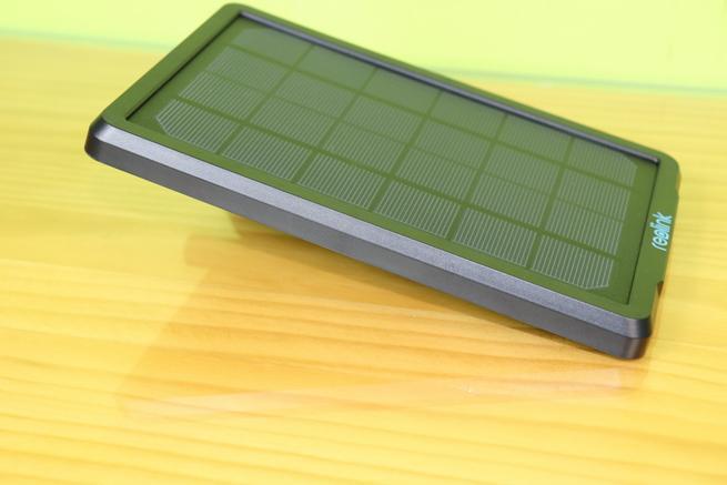 Lateral izquierdo del Reolink Solar Panel en detalle