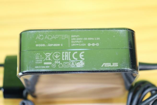 Transformador de corriente del router ASUS ROG Rapture GT-AX11000 en detalle