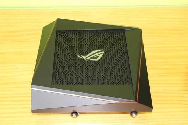 Zona superior del router gaming ASUS ROG Rapture GT-AX11000 en detalle