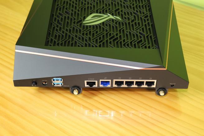 Zona trasera del router gaming ASUS ROG Rapture GT-AX11000 con los puertos traseros