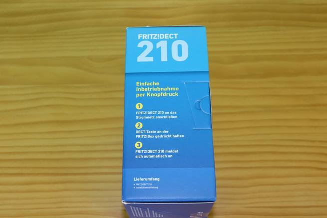 Lateral derecho de la caja del enchufe inteligente AVM FRITZ!DECT 210 en detalle