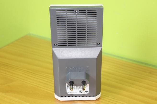Trasera del repetidor Wi-Fi AVM FRITZ!Repeater 1160 en detalle
