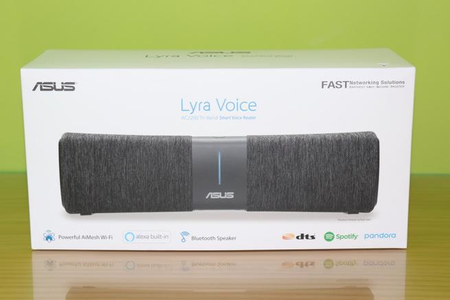 Frontal de la caja del router ASUS Lyra Voice con sus especificaciones principales