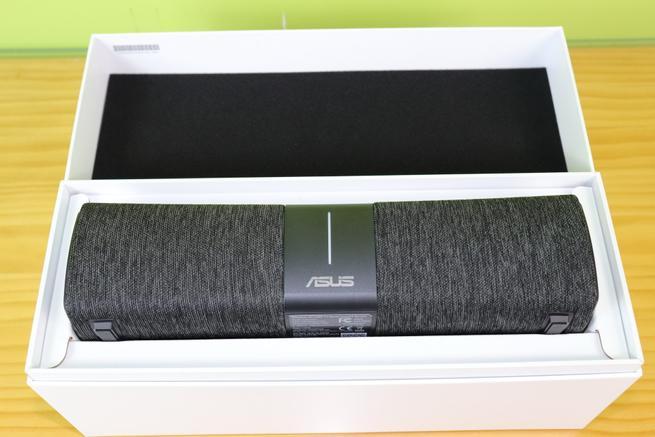 Interior de la caja del router AiMesh ASUS Lyra Voice en detalle