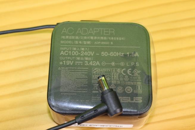 Transformador de corriente del router AiMesh ASUS Lyra Voice en detalle