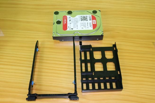 Bahía para instalar un disco de 2,5 pulgadas en la bahía de 3,5 pulgadas del NAS QNAP TS-332X