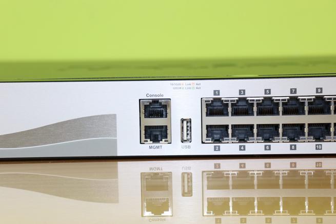 Puertos de consola, gestión y USB del switch L3 D-Link DGS-3130-30TS en detalle