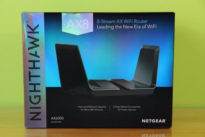 Frontal de la caja del router neutro NETGEAR Nighthawk AX8 RAX80