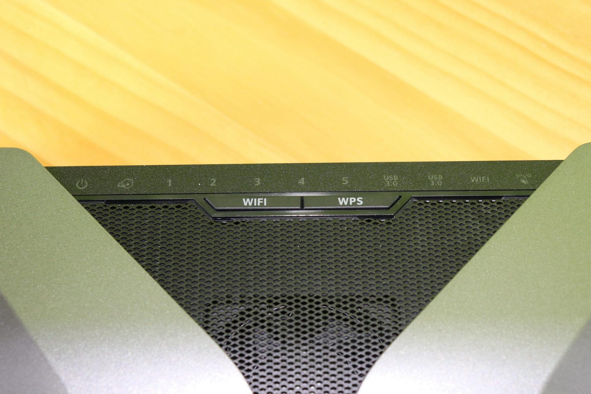 Botones Wi-Fi y WPS del router neutro NETGEAR Nighthawk AX8 RAX80