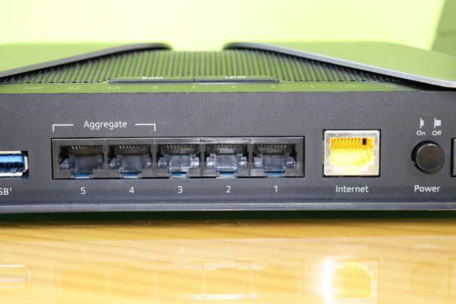 Puertos Gigabit LAN y WAN del router neutro NETGEAR Nighthawk AX8 RAX80