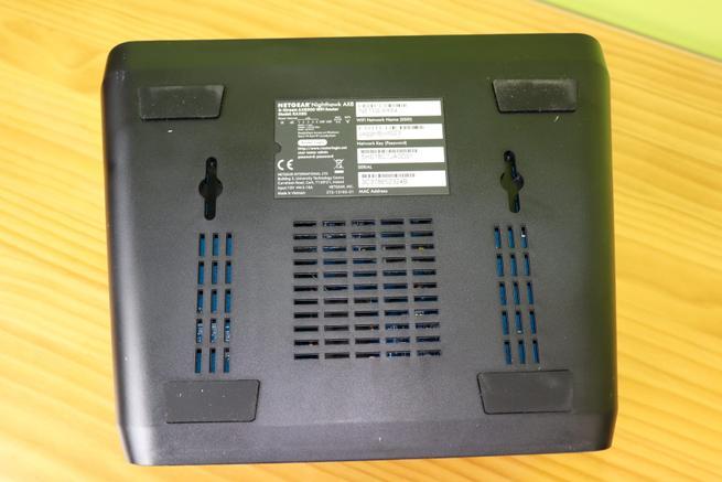 Zona inferior del router neutro NETGEAR Nighthawk AX8 RAX80