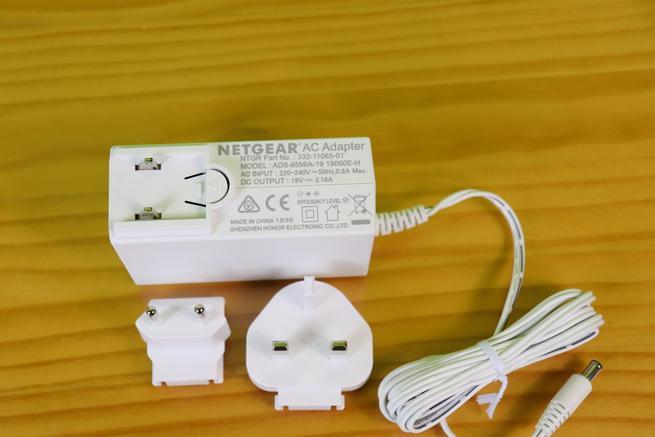 Transformador de corriente del Orbi RBS40V y conectores tipo F y tipo G
