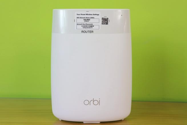 Vista frontal del NETGEAR Orbi RBR50 router en detalle