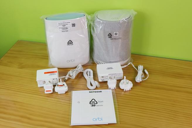 Contenido de la caja del sistema Wi-Fi Mesh NETGEAR Orbi Voice RBK50V con Alexa