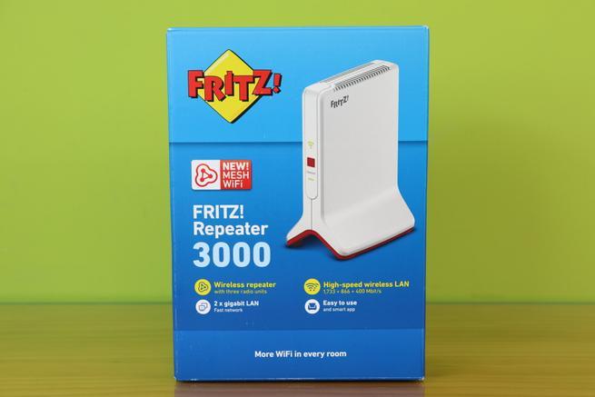 Frontal de la caja del FRITZ!Repeater 3000 con las principales características