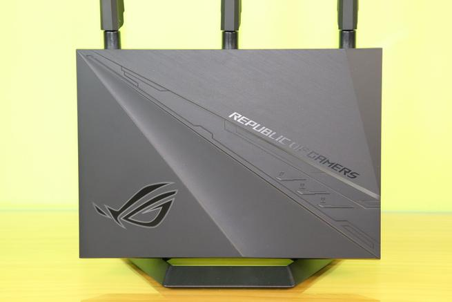 Detalle de la parte frontal del router gaming ASUS ROG Rapture GT-AC2900