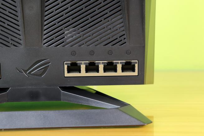 Los cuatro puertos Gigabit Ethernet para la LAN del router gaming ASUS ROG Rapture GT-AC2900