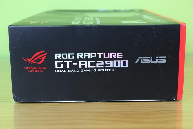 Lateral izquierdo de la caja del router gaming ASUS ROG Rapture GT-AC2900