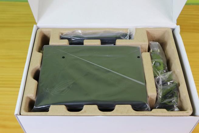 Interior de la caja con el router gaming ASUS ROG Rapture GT-AC2900