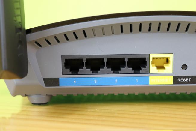 Puertos Gigabit Ethernet para la LAN y WAN del router D-Link DIR-1960