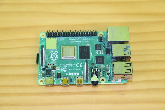 Placa Raspberry Pi 4 con todos los componentes