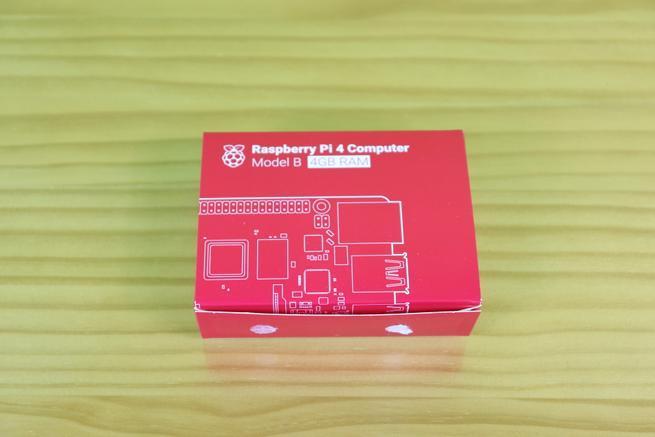 Caja con la Raspberry Pi 4 en su interior
