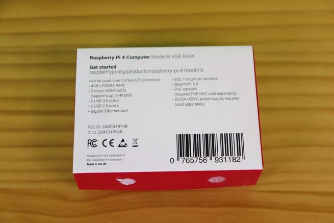 Trasera de la caja de la Raspberry Pi 4 con las especificaciones técnicas principales
