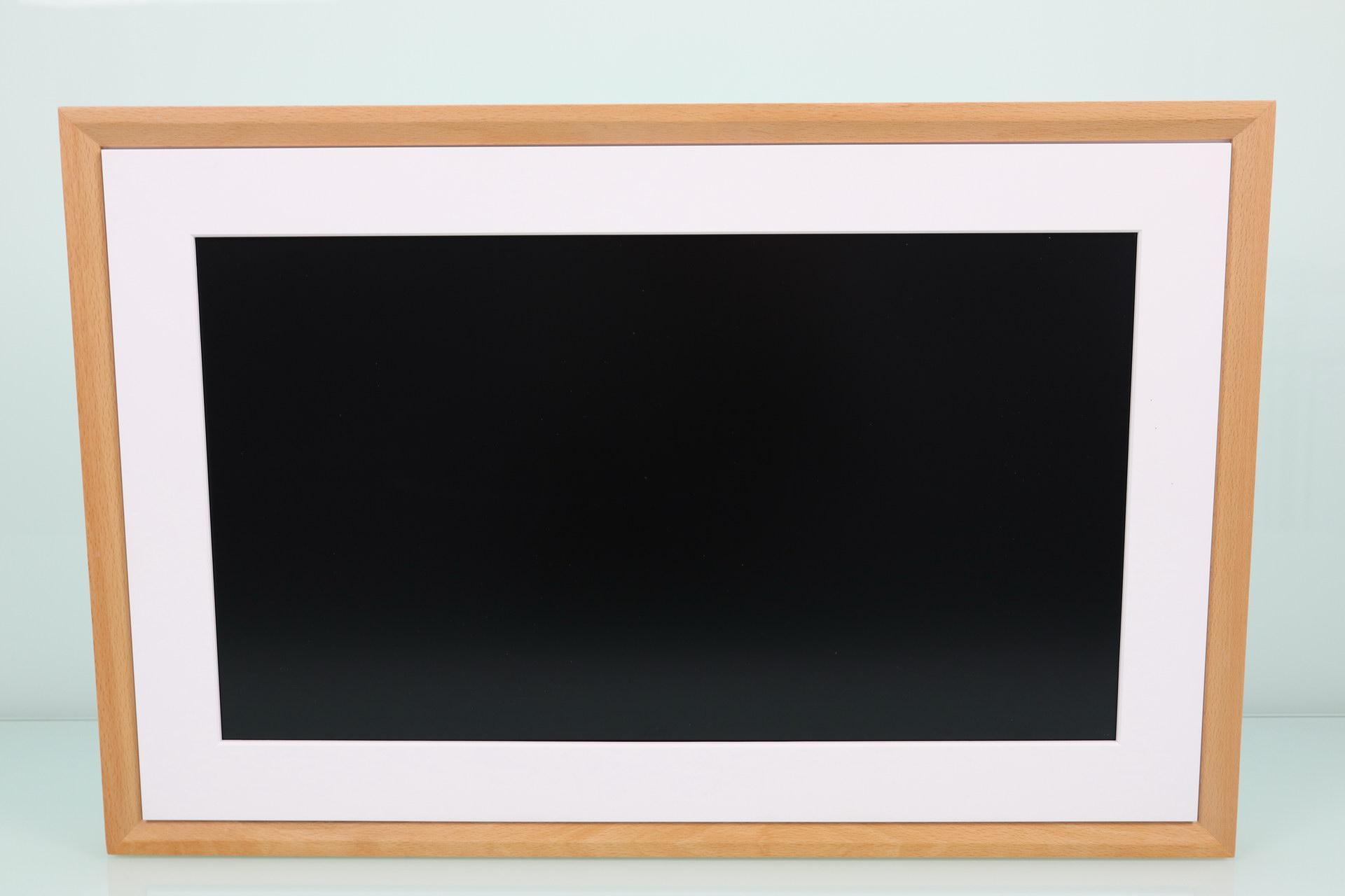 Frontal del NETGEAR Meural Canvas II en detalle