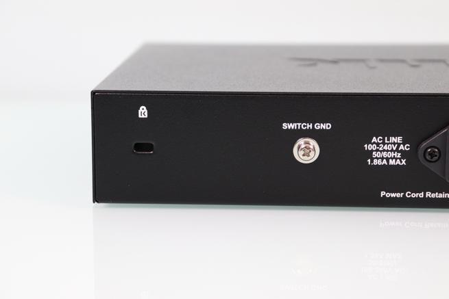 Conector kensington y toma tierra del switch PoE D-Link DGS-1210-10MP