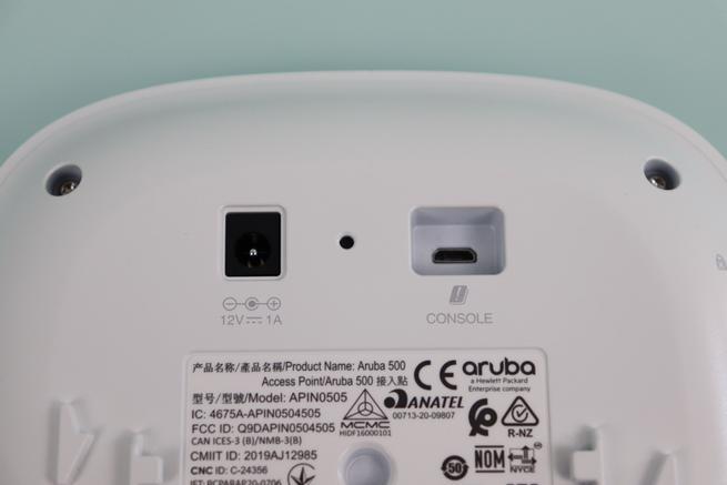 Detalle del puerto alimentación, RESET y micro USB del Aruba Instant On AP22