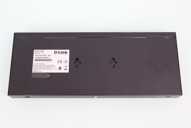 Vista de la parte inferior del switch no gestionable D-Link DGS-1016S