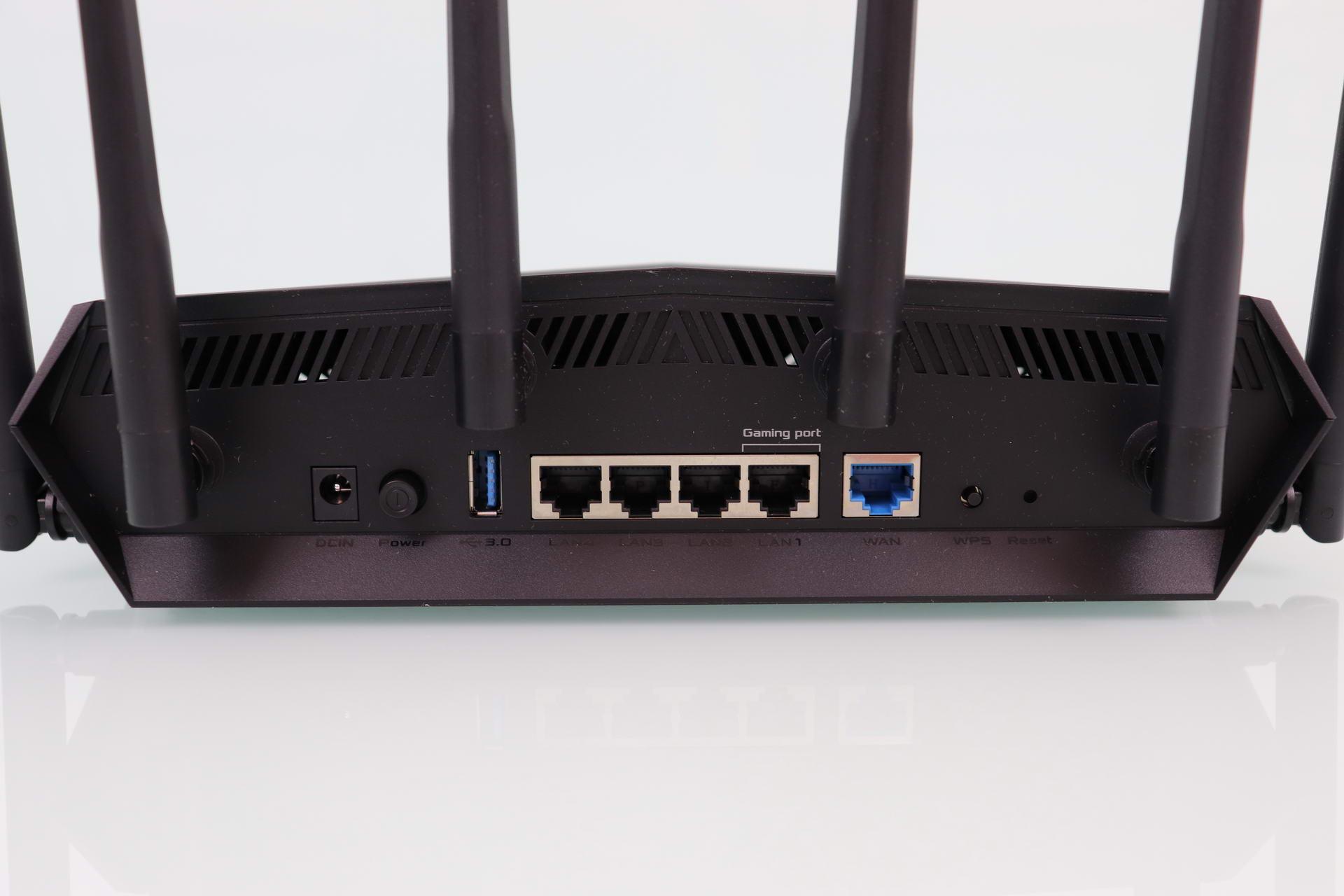 Alimentación, USB, puertos Gigabit LAN y WAN y botones del router ASUS TUF-AX5400